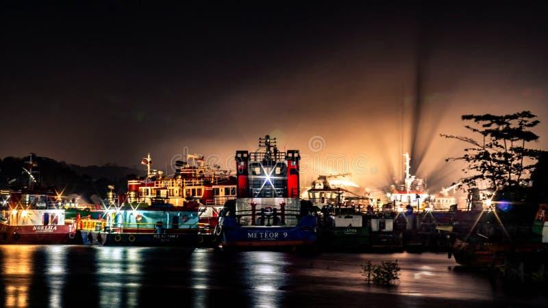 Tugboat dockad på natten, Mahakam River, Samarinda, Indonesien royaltyfria bilder