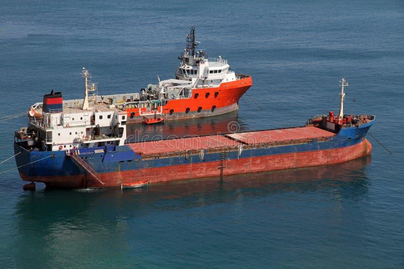 Tugboat e cargueiro imagem de stock royalty free