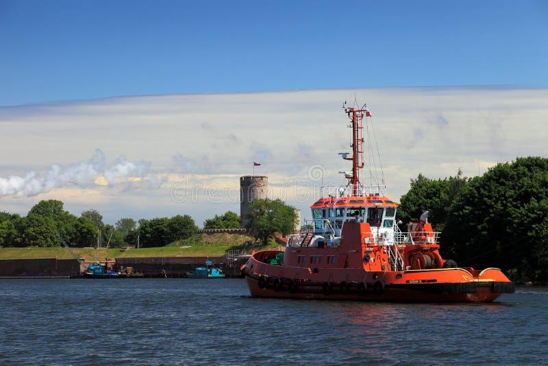 Tugboat e fortaleza de Wisloujscie foto de stock royalty free