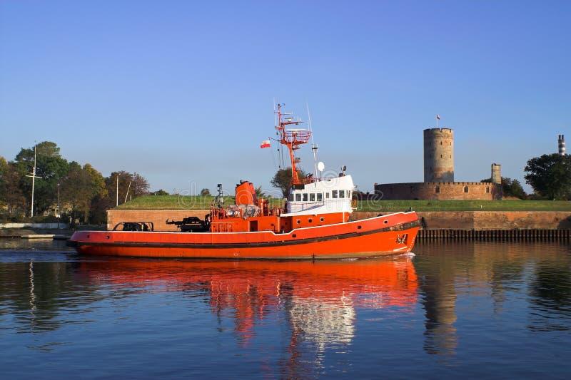 Tugboat no fundo da fortaleza. fotografia de stock
