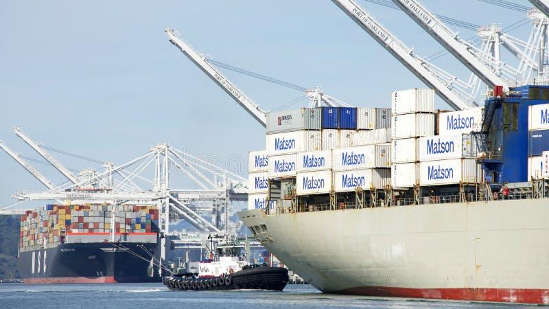 Tugboat PATRICIA ANN pomaga Matson ładunku statku MANOA manewr fotografia stock