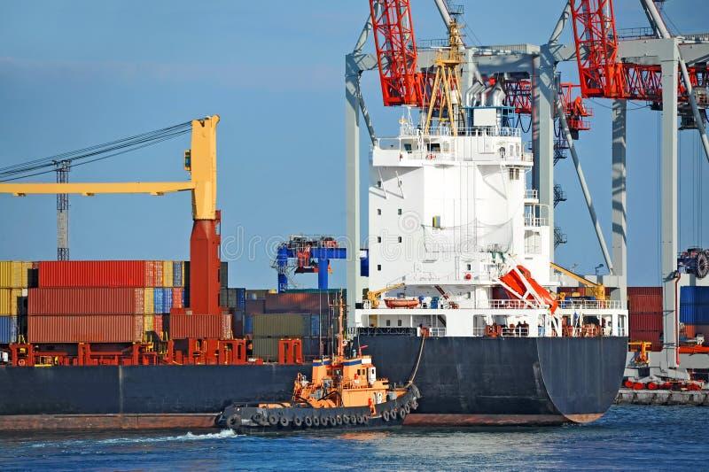 Tugboat pomaga masowego ładunku statek fotografia royalty free