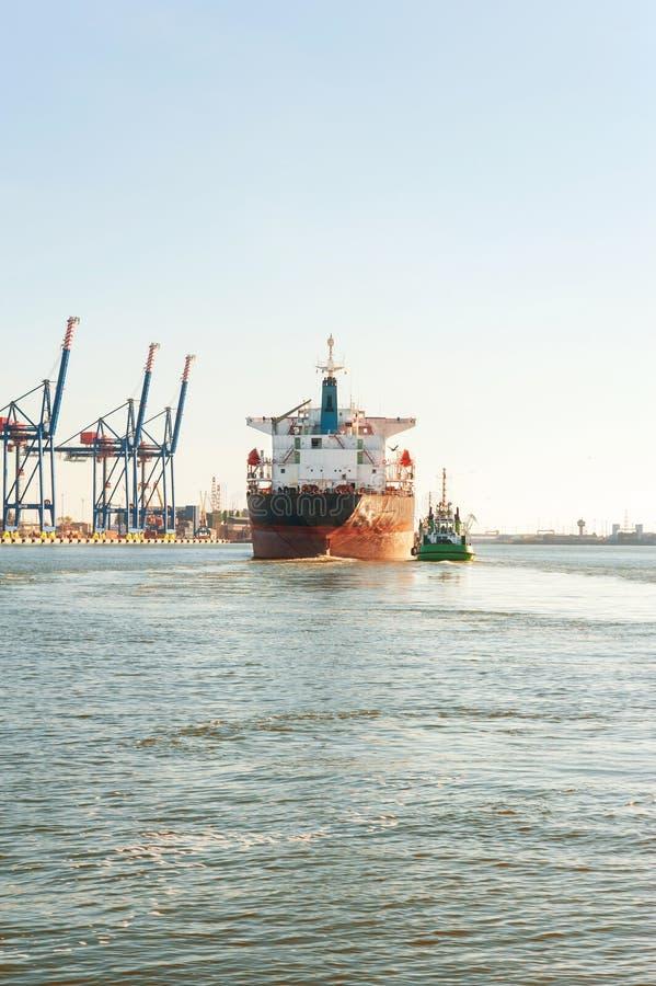 Tugboat pomaga masowego ładunku statek w schronieniu Frontowy widok zdjęcie stock