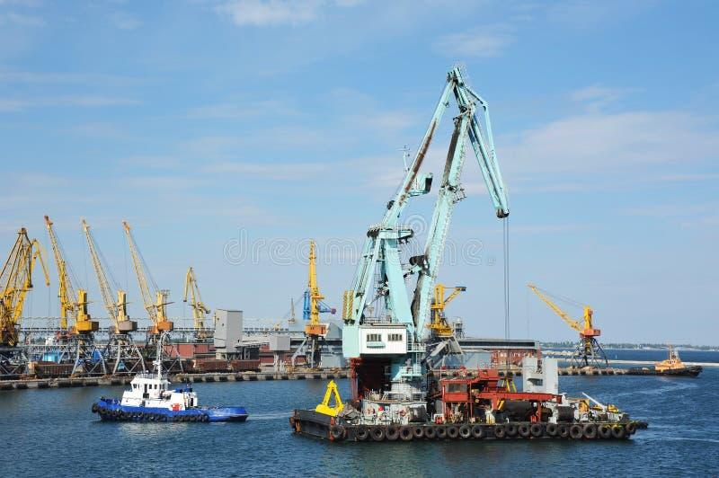 Tugboat pomaga spławowego ładunku żurawia zdjęcia stock