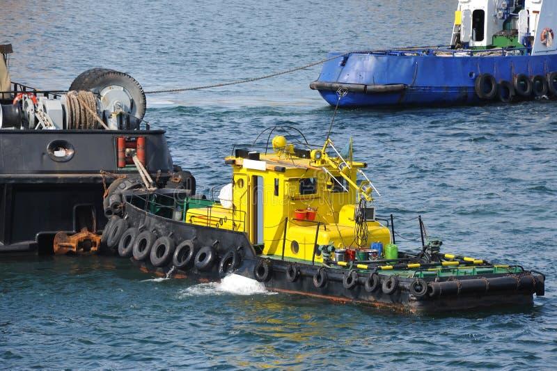Tugboat pomaga spławowego ładunku żurawia zdjęcie royalty free