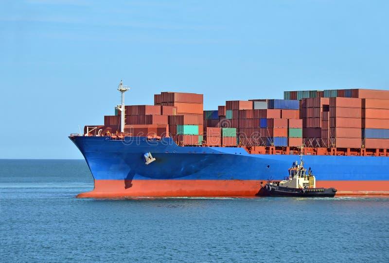 Tugboat pomaga zbiornika ładunku statek obrazy stock