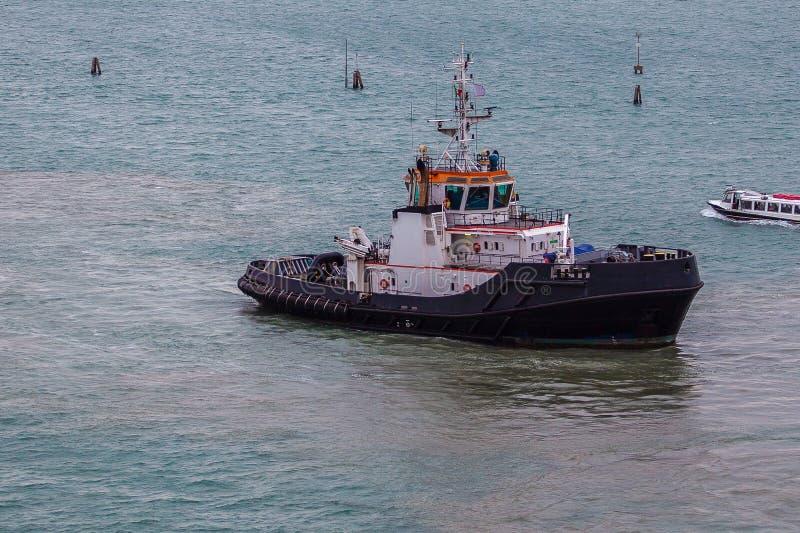 Tugboat pracujący w porcie w Wenecji zdjęcia royalty free