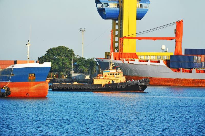 Tugboat que ajuda ao navio de carga da maioria fotografia de stock royalty free