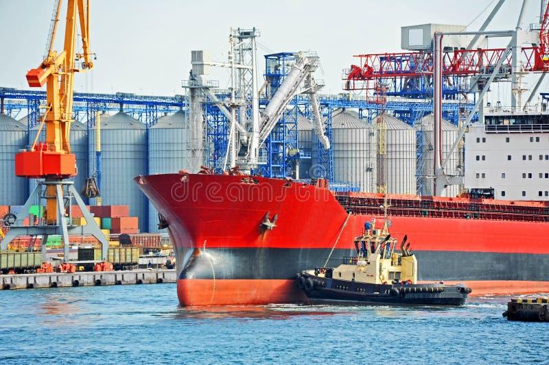 Tugboat que ajuda ao navio de carga da maioria imagem de stock royalty free
