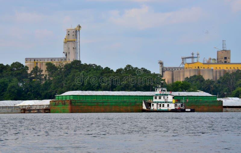 Tugboat que empurra a barca imagem de stock royalty free