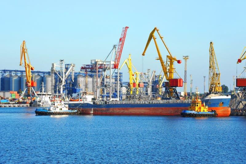 Tugboat target290_0_ masowego ładunku statek zdjęcie stock