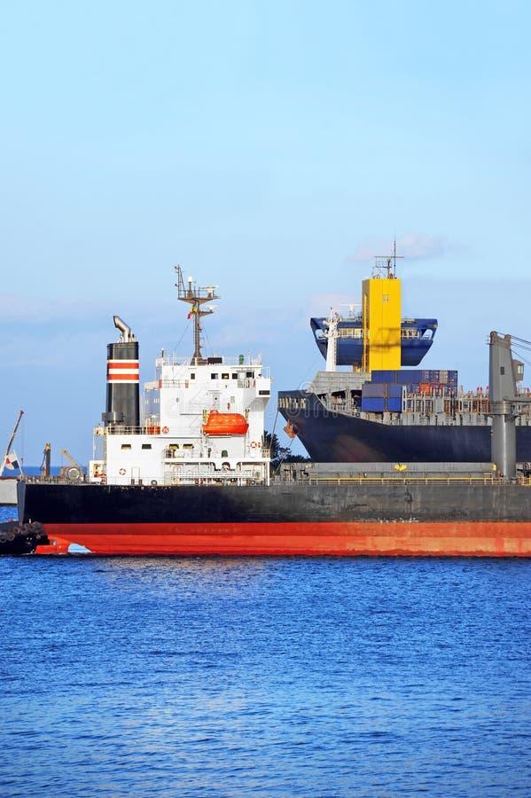 Tugboat target290_0_ masowego ładunku statek obrazy stock