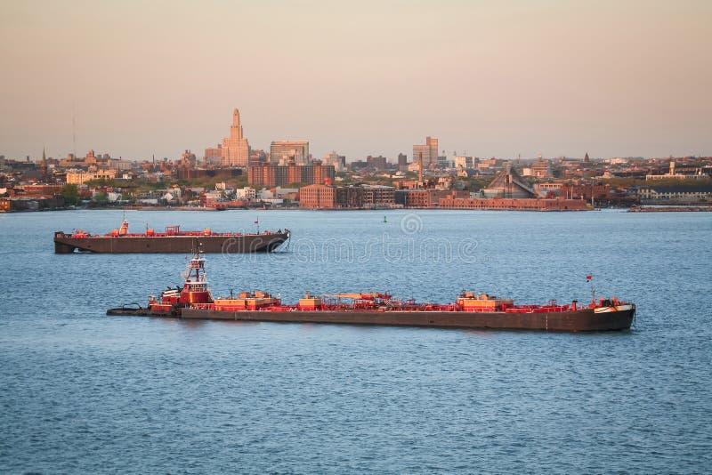 Tugboats που πλέουν στον ανώτερο κόλπο στοκ φωτογραφίες με δικαίωμα ελεύθερης χρήσης