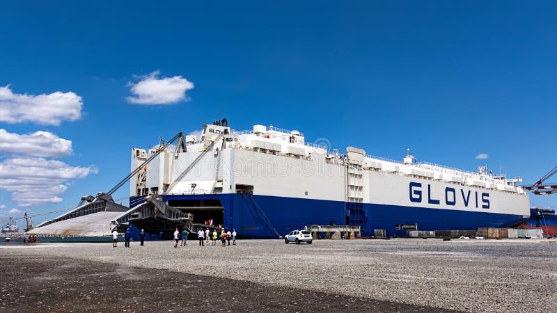 Tugboats szturchają ładunku statek GLOVIS na porcie Burgas fotografia stock