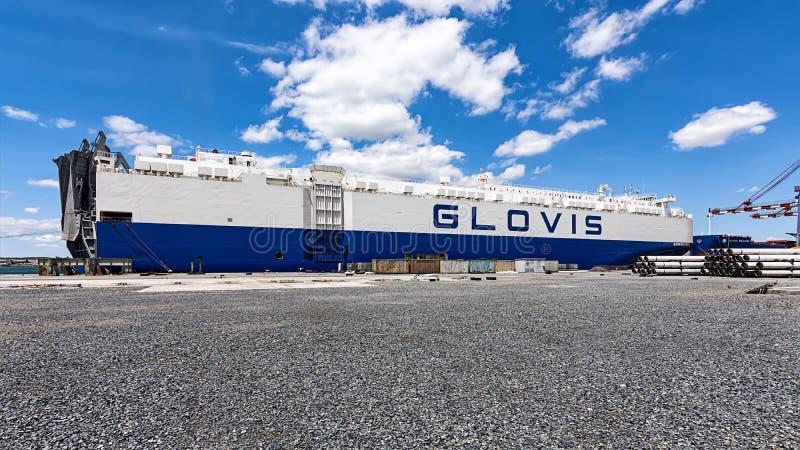 Tugboats szturchają ładunku statek GLOVIS na porcie Burgas fotografia royalty free