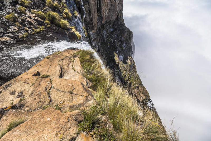 Tugela понижается падающ в облака на походе часового, Drakensberge стоковое фото