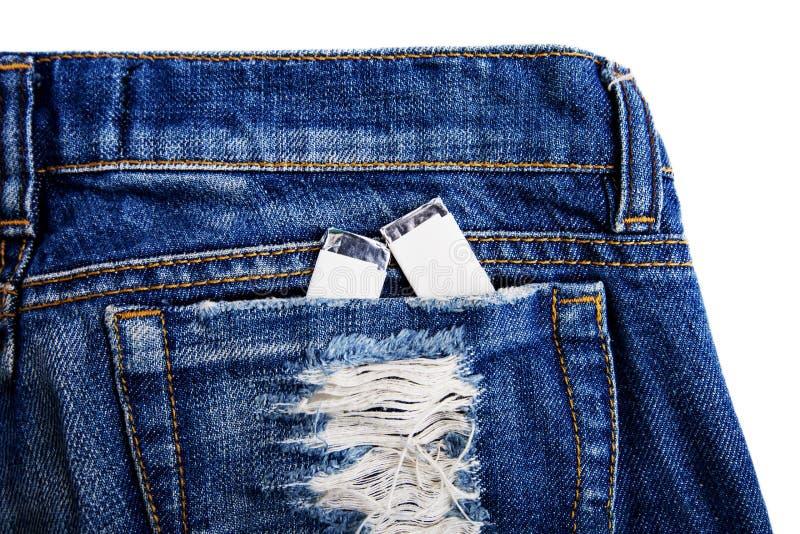 Tugga två gummin i jeansfacket av grov bomullstvill flåsar arkivbild
