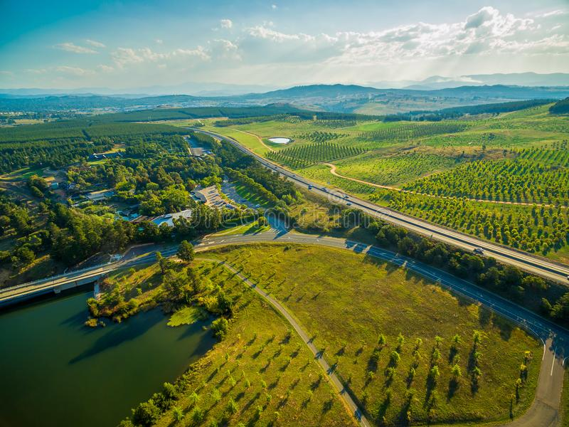 Tuggeranong-Allee, die nahe nationalem Arboretum in Canberra überschreitet lizenzfreie stockbilder