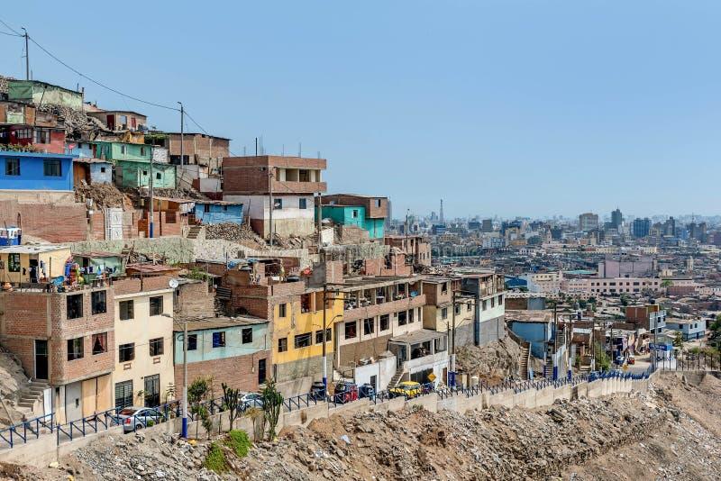 Tugurios de Cerro San Cristobal en Lima, Perú fotografía de archivo