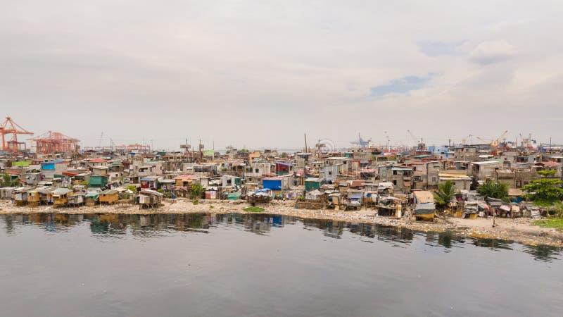 Tugurios en Manila cerca del puerto Casas de habitantes pobres fotos de archivo libres de regalías