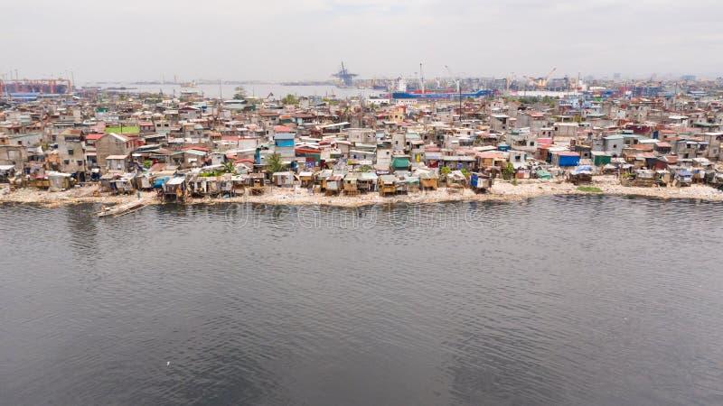 Tugurios en Manila cerca del puerto Casas de habitantes pobres fotografía de archivo libre de regalías