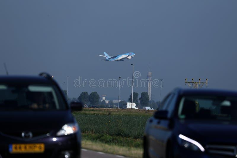 TUI Airways volant dans le ciel, voitures dans le premier plan photos stock