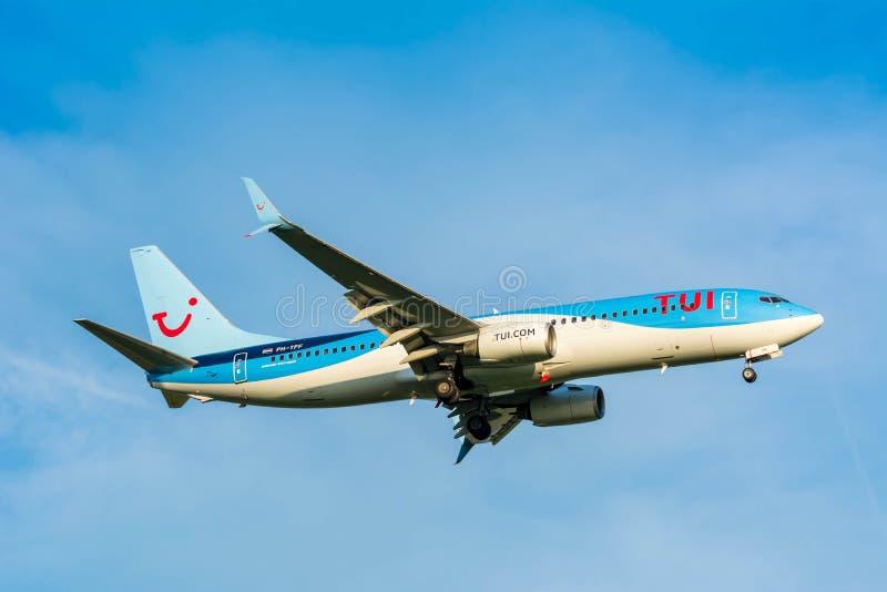 从TUI (Arkefly)波音737-800 PH-TFF的飞机为登陆做准备 库存图片