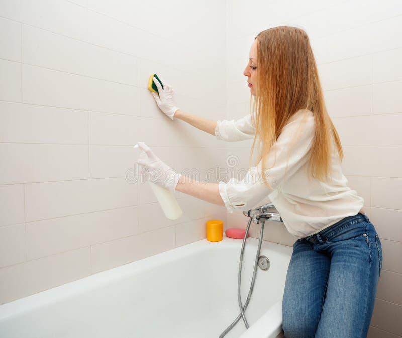 Tuile aux cheveux longs de nettoyage de femme avec l 39 ponge dans la salle de bains image stock - Nettoyage de salle de bain ...