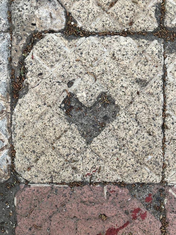 tuile découpée avec la forme de coeur par temps image stock