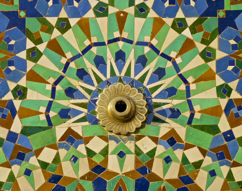Fontaine encadrée par tuile marocaine photographie stock