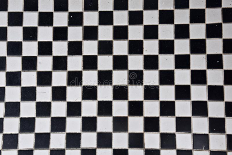 Tuile noire et blanche dans un modèle de damier photographie stock libre de droits