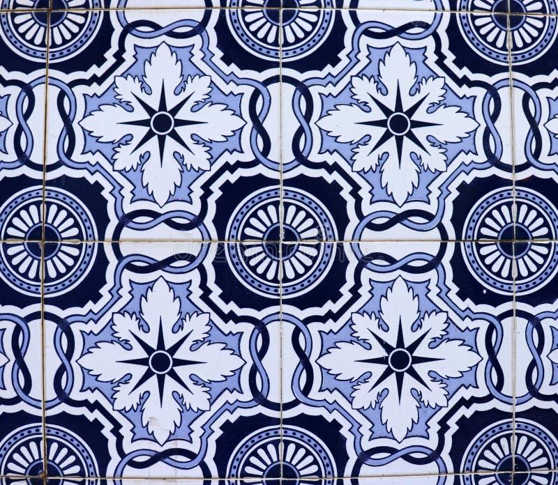 Tuiles bleues sur la façade portugaise photos stock