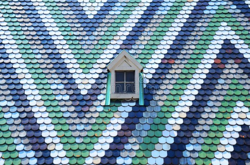 Tuiles colorées et une petite fenêtre de la cathédrale de Stephansdom de saint à Vienne Autriche photographie stock libre de droits