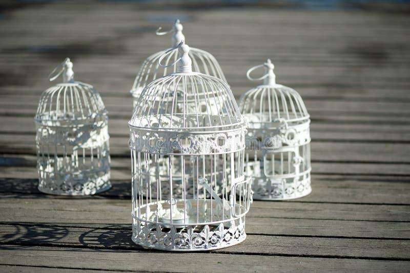 Download Tuiles Décoratives Sur Le Decking, Chutes L'ombre Décoration Romantique Image stock - Image du birdcage, amour: 77154803