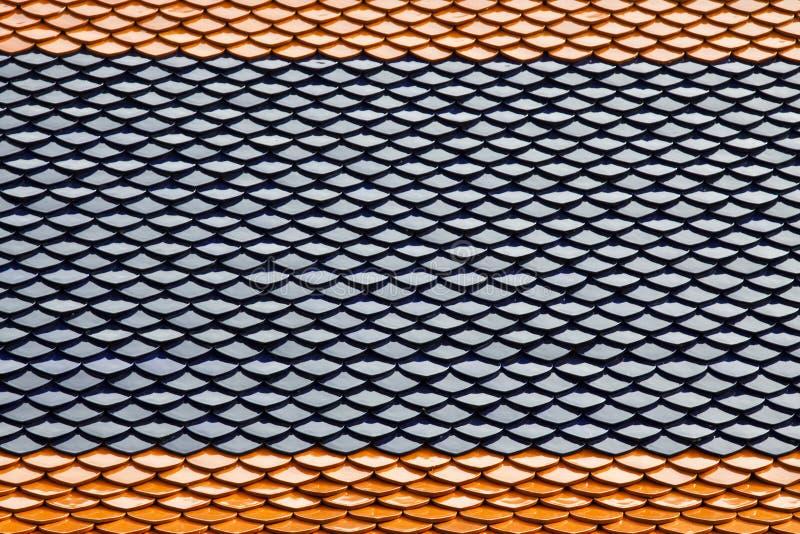 Tuiles d'argile sur le toit thaï de type photo libre de droits