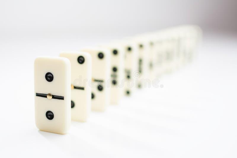 Tuiles de domino dans une rangée sur un fond blanc photos libres de droits