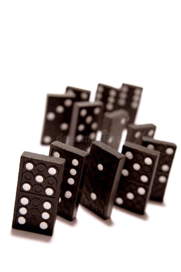 Tuiles de domino restant dans une ligne photographie stock
