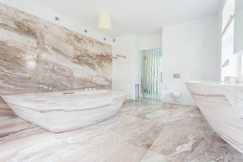 Tuiles de marbre à la salle de bains photographie stock libre de droits