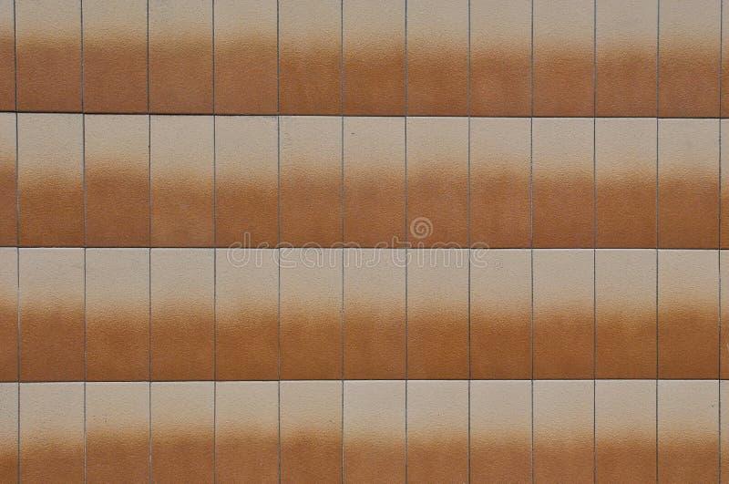 Tuiles de parement oranges faites en pierre sur le mur du b?timent photo stock