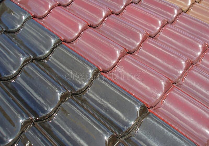 Tuiles de toit colorées images stock