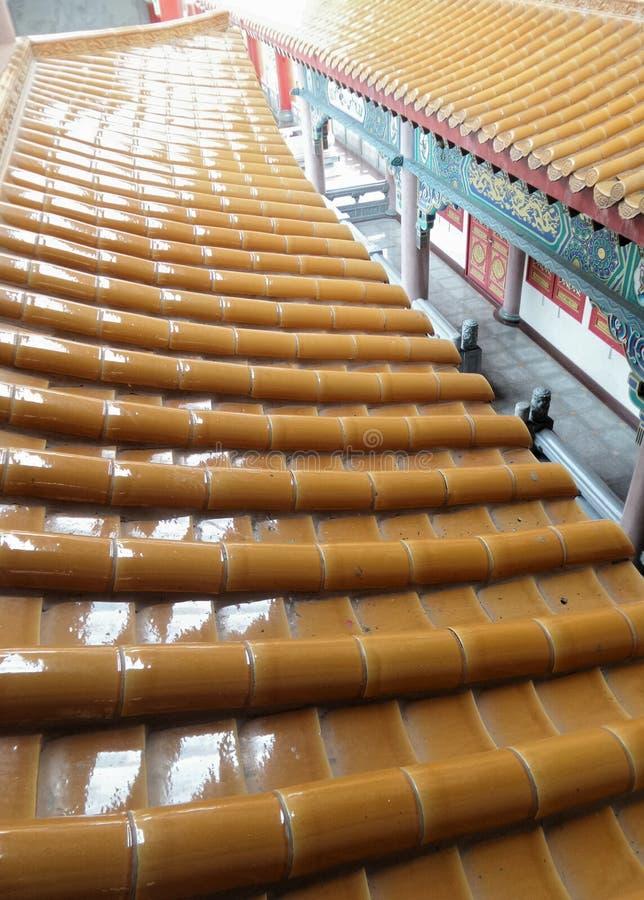Tuiles de toit de scintillement sur l'architecture de style chinois photo libre de droits