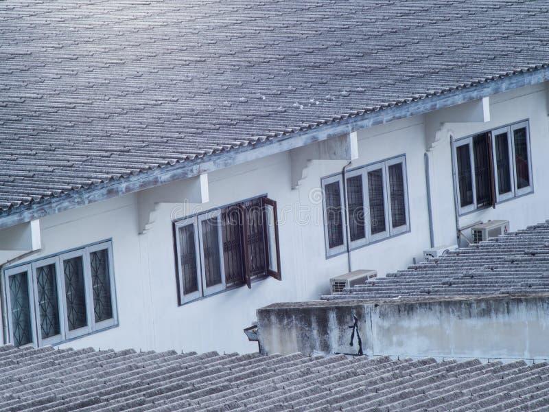 Tuiles de toit et un serie des fenêtres photo libre de droits