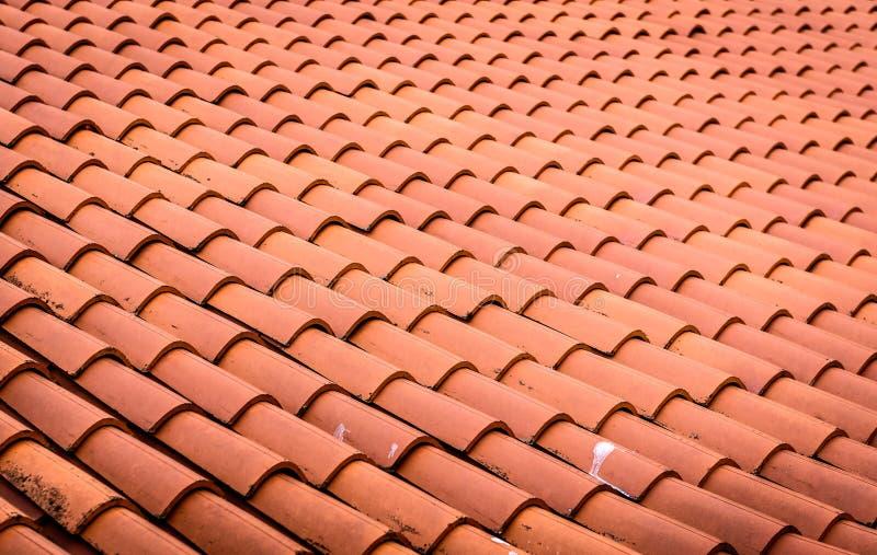 Tuiles de toit ou bardeaux rouges sur la maison comme fond d'image photographie stock libre de droits