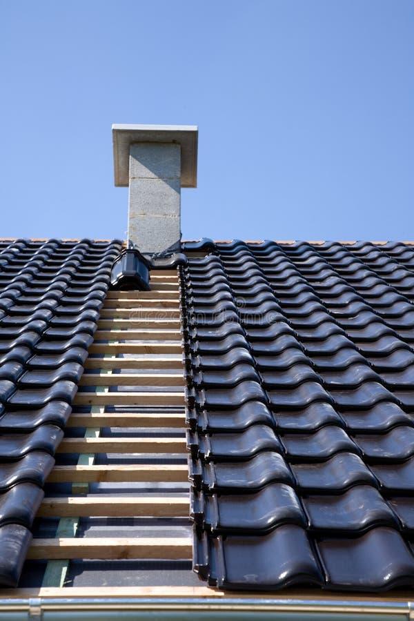 Tuiles de toiture noires. photos libres de droits