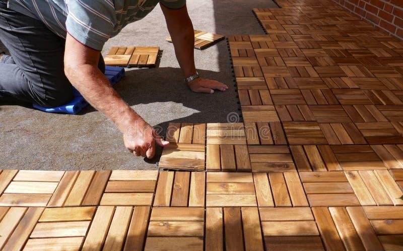 Tuiles en bois de configuration sur une terrasse Des panneaux en bois carrés sont reliés à la serrure Clic photos stock