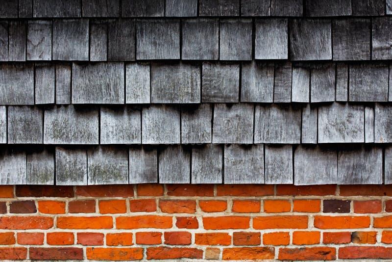 Tuiles en bois sur un mur de briques photos stock