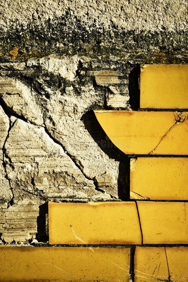 Tuiles endommagées du mur photo stock