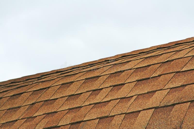 Tuiles et ciel de toit gris photos stock