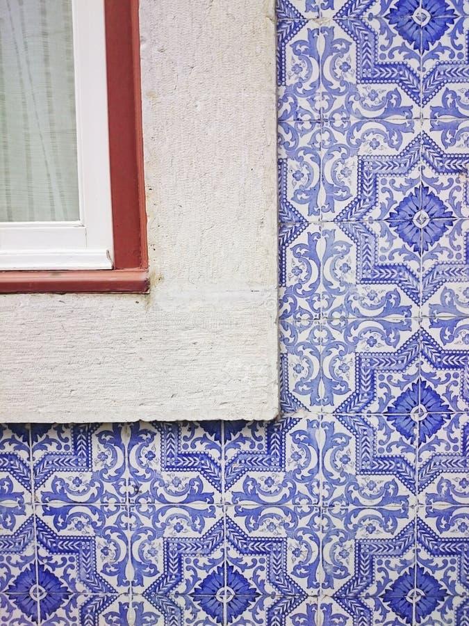 Tuiles et fenêtre bleues portugaises de Lisbonne photo stock