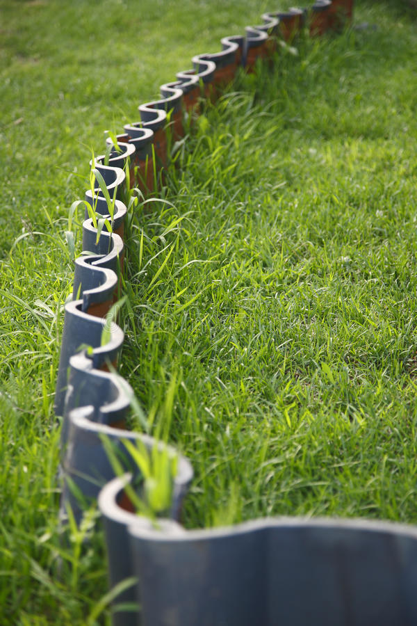 Tuiles et herbe photographie stock